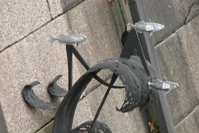 Памятник колюшке