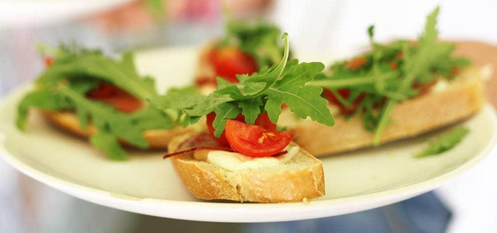 Бутерброды с колбасой, сыром и помидорами