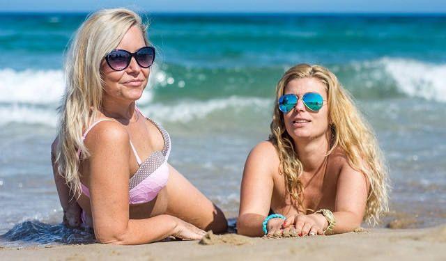Девушки автозагар на пляже