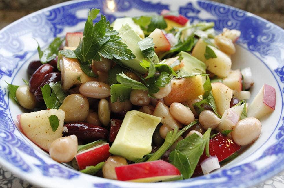 Салат фасоли и баклажанов