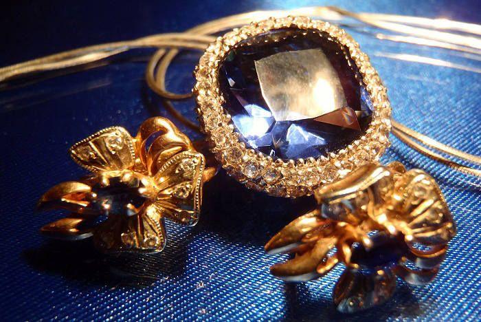Комплект золотых ювелирных украшений с сапфирами