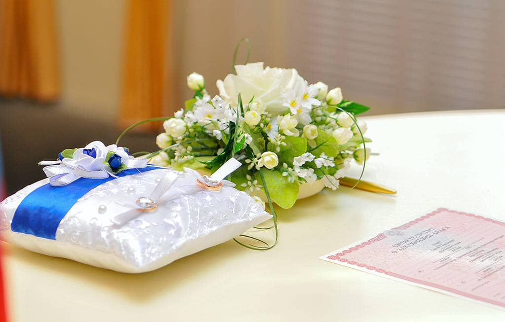 Свадебные кольца на подушке