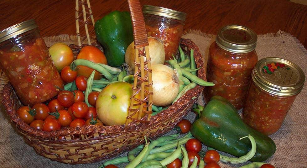 Корнишоны с луком в кисло - сладкой томатной заливке