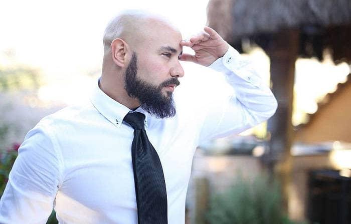 Классическая белая мужская рубашка