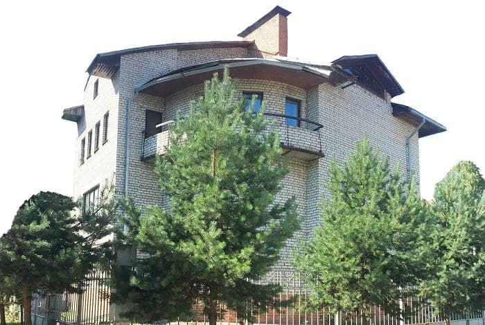 Много этажный кирпичный дом