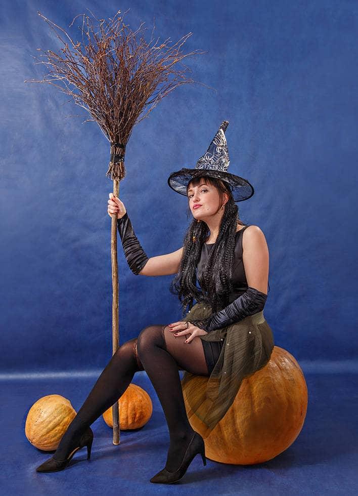 Ведьма с метлой