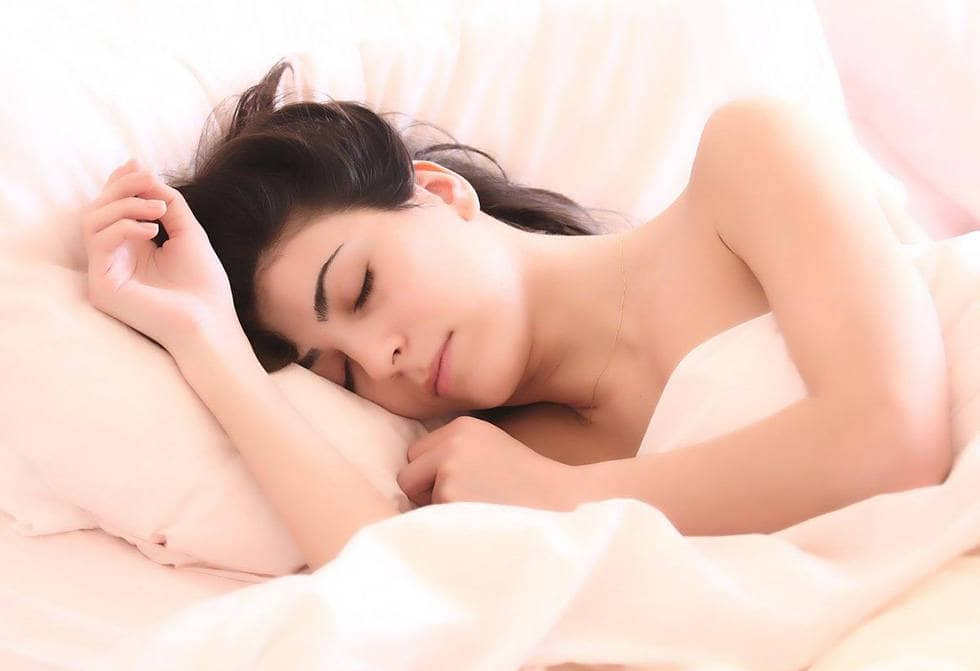 Женщина спит на кровати