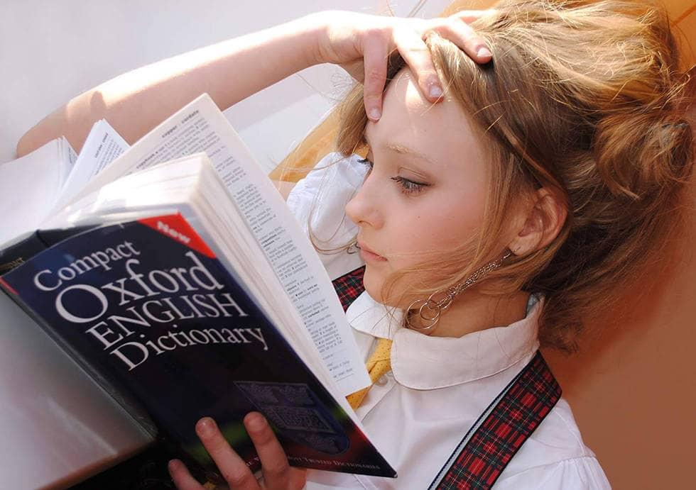 Девочка читает книгу перед экзаменами