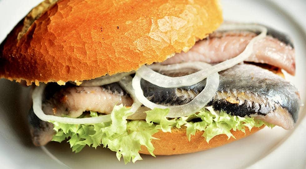 Готовое блюдо скумбрия на бутерброде