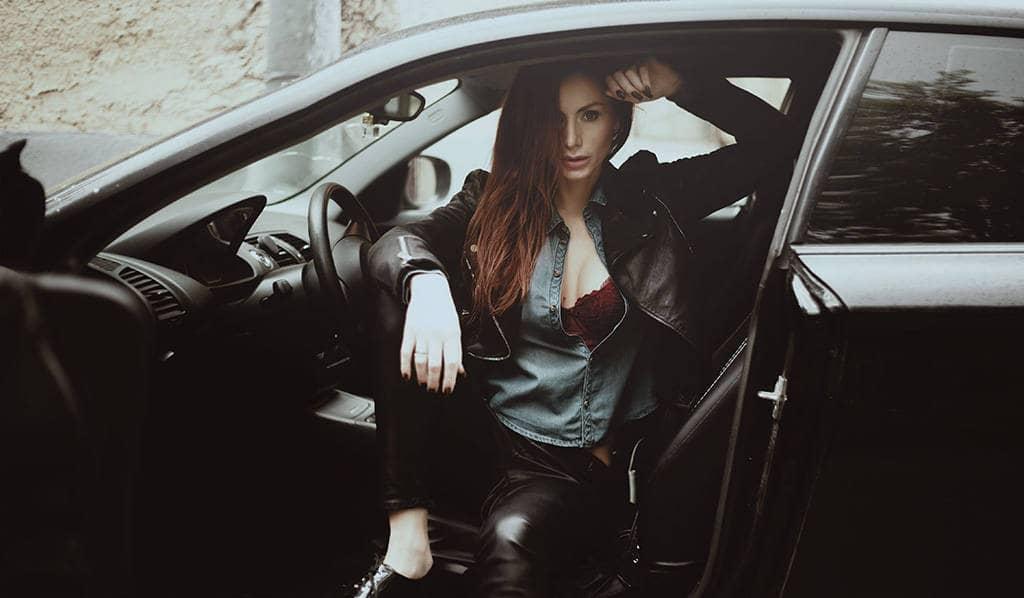 Состоятельная девушка с машиной