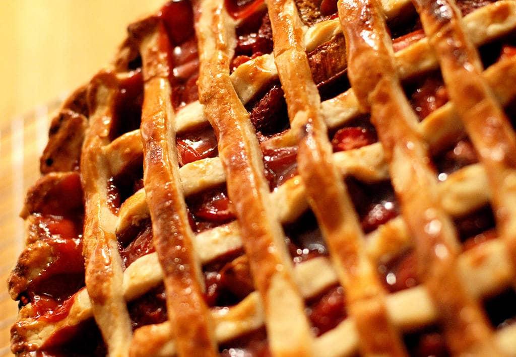 Яблочно вишневый пирог