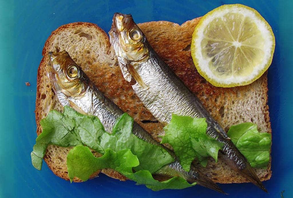 Бутерброд и две рыбки с зеленью