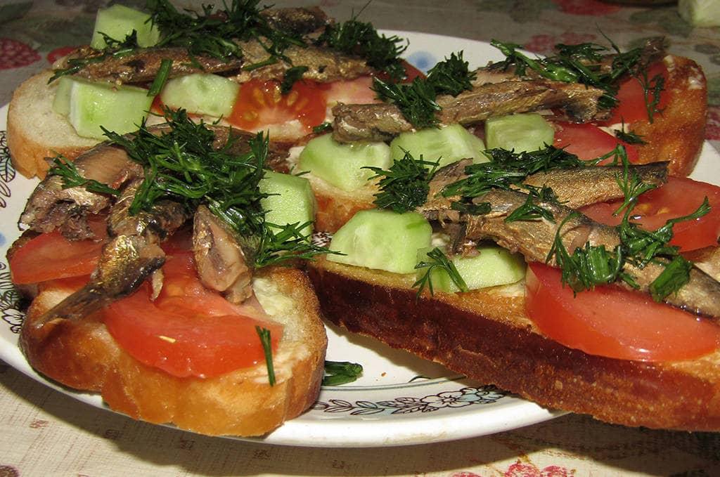 Бутерброды с зеленью и шпротами
